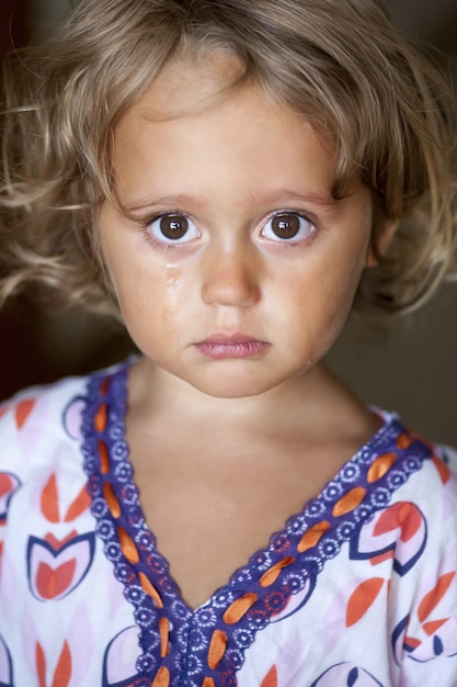 Portrait D'une Petite Fille En Pleurs Photo Premium