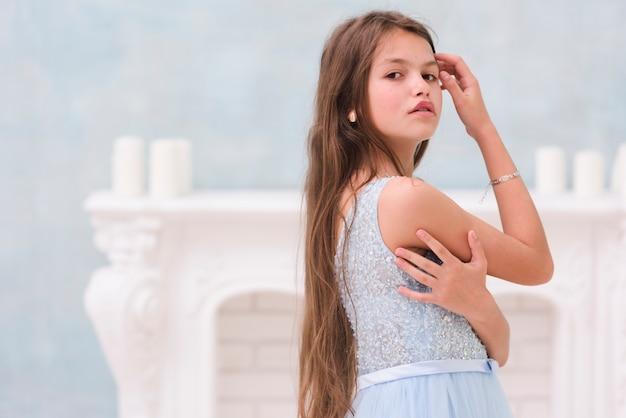 Portrait de petite fille en regardant la caméra Photo gratuit