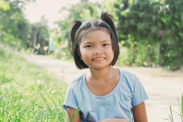 Portrait petite fille souriante dans le parc Photo Premium