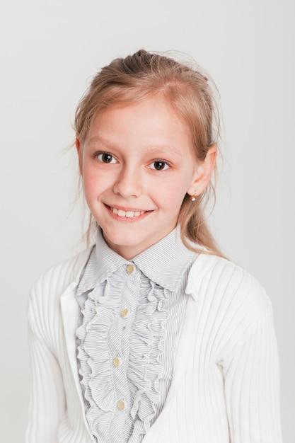 Portrait de petite fille souriante Photo gratuit
