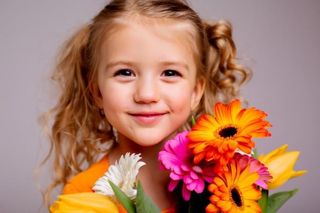 Portrait, Peu, Blond, Girl, Bouquet, Ressort, Fleurs, Lumière, Mur Photo Premium
