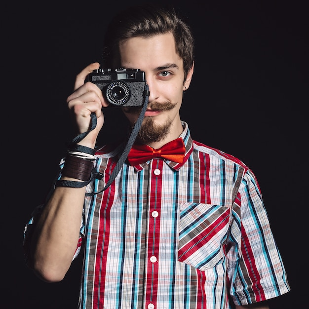 Portrait d'un photographe gai en studio Photo gratuit