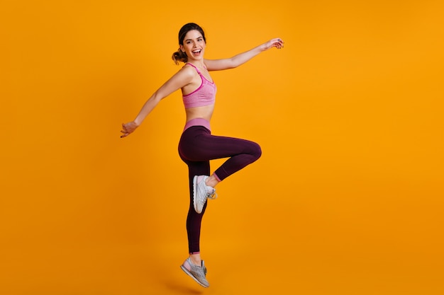 Portrait En Pied De Femme Sportive Danse Photo gratuit