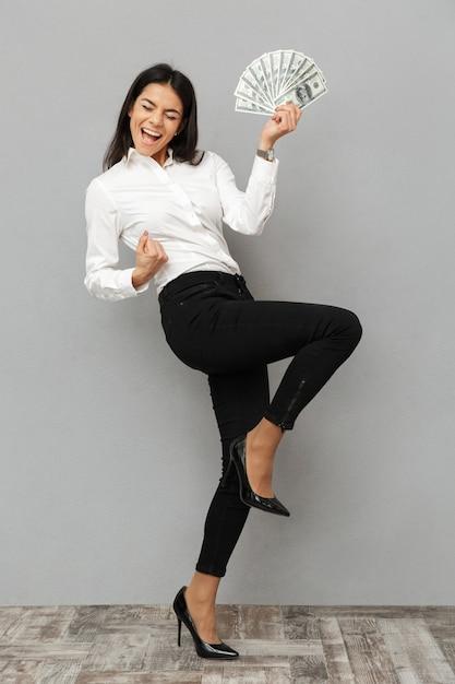 Portrait En Pied D'une Jeune Femme D'affaires Heureuse Photo Premium