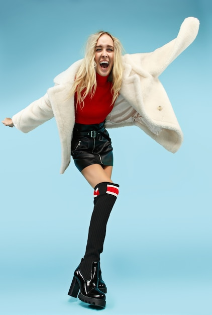 Portrait En Pied De Jeune Femme Drôle Blonde élégante Au Studio. Concept De Mode Et Shopping Féminin. Photo gratuit