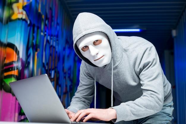 Portrait de pirate avec masque Photo gratuit