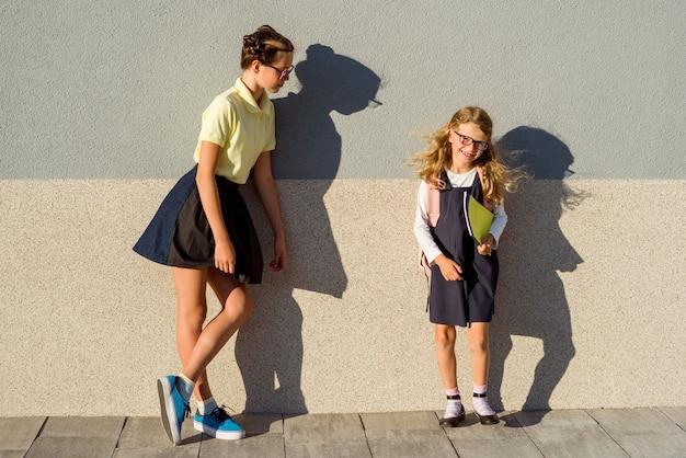 Portrait en plein air de deux filles Photo Premium