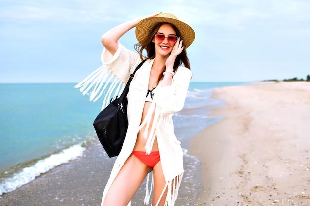 Portrait En Plein Air D'été De Jolie Femme Blonde En Bikini, Veste De Style Boho Et Lunettes De Soleil, Posant Près De L'océan, Bonne Humeur De Vacances De Voyage. Photo gratuit