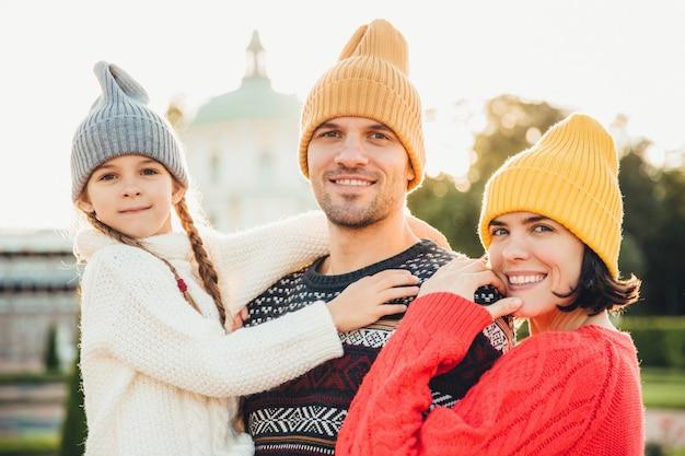 Portrait en plein air d'une famille amicale se tiennent proches les uns des autres Photo Premium