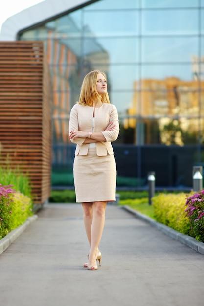 Portrait en plein air de femme jeune beau commerce Photo Premium