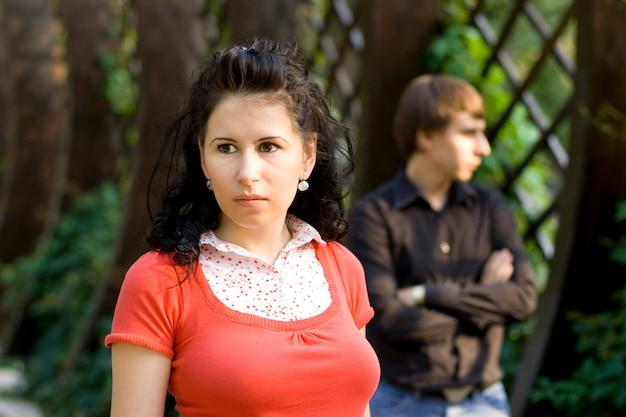 Portrait en plein air de malheureux jeune couple Photo Premium