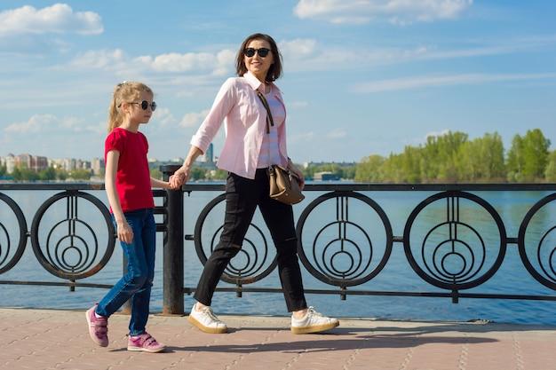 Portrait en plein air de mère et fille Photo Premium