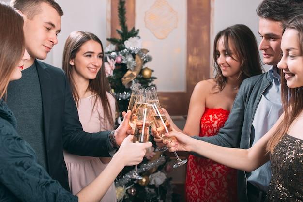 Portrait De Plusieurs Amis Portant Un Toast à Noël Photo Premium