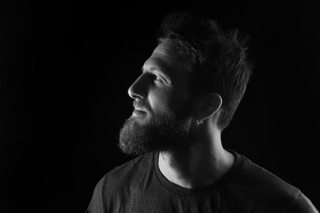 Portrait de profil d'un homme sur fond noir, noir et blanc Photo Premium