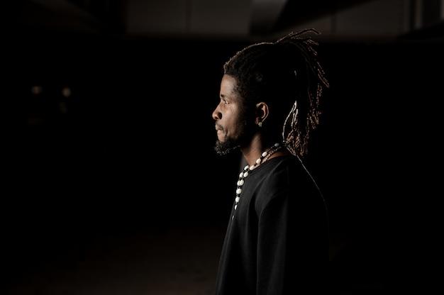 Portrait de profil d'un homme à la peau noire Photo Premium