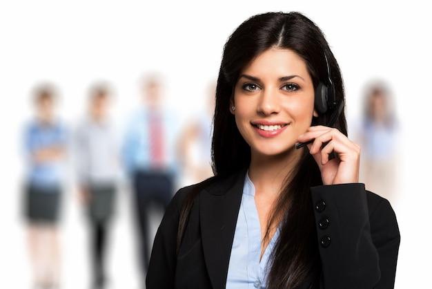 Portrait d'un représentant du client souriant au travail Photo Premium