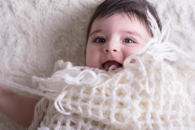 Portrait, rire, petite fille, sous, tissu tricoté Photo Premium