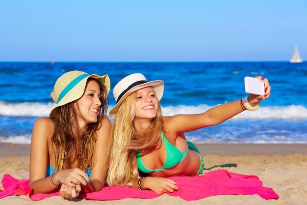 Portrait de selfie amis heureux allongé sur la plage Photo Premium