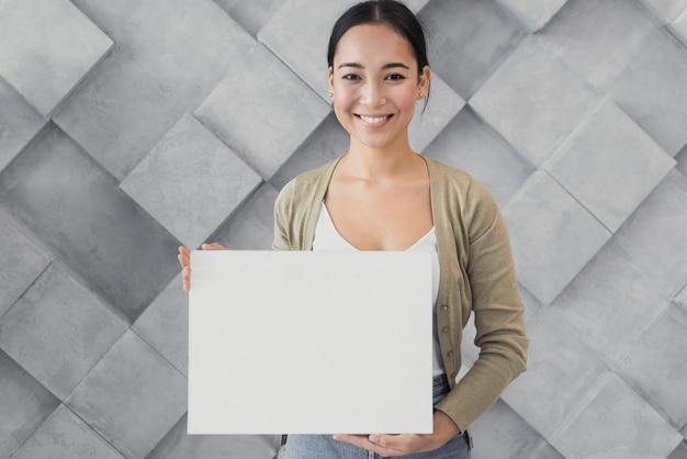 Portrait smiley jeune femme au bureau Photo gratuit