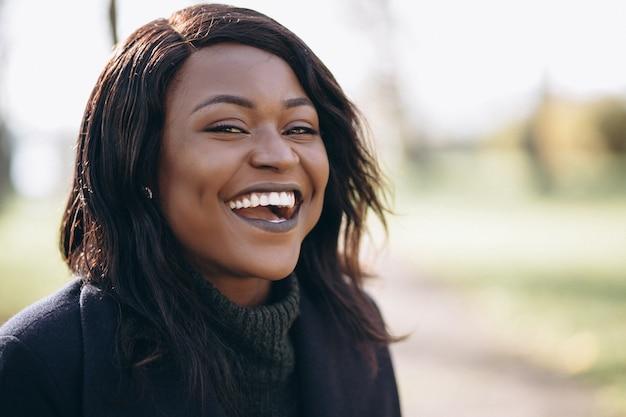 Portrait souriant de femme afro-américaine Photo gratuit