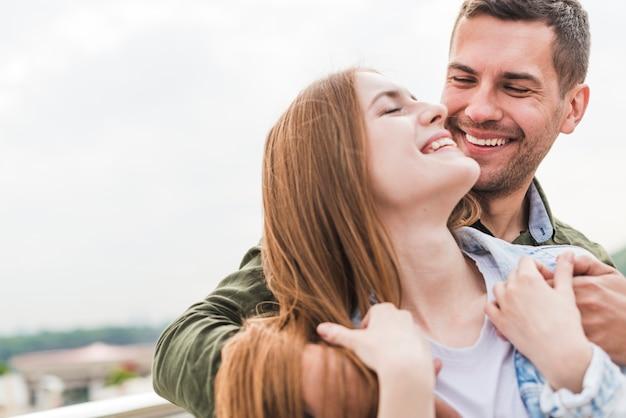 Portrait de souriant jeune couple romantique Photo gratuit