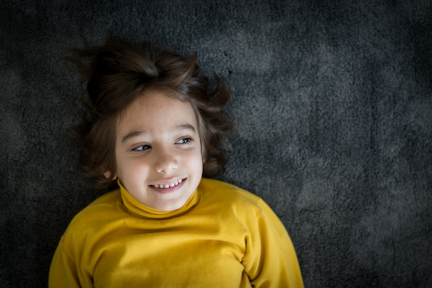 Portrait souriant petit garçon mignon Photo Premium