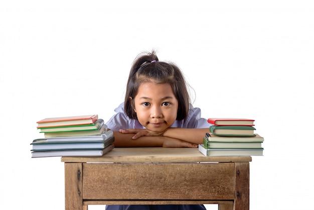 Portrait de souriante petite fille asiatique étudiante avec beaucoup de livres Photo Premium