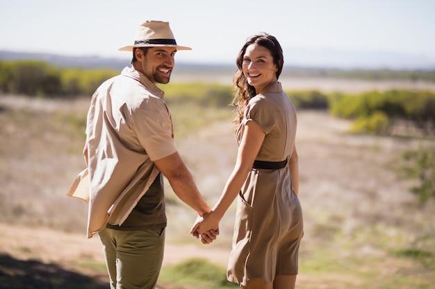 Portrait, de, sourire, couple, tenant mains Photo gratuit