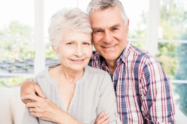 Portrait, sourire, couples aînés, chez soi Photo Premium