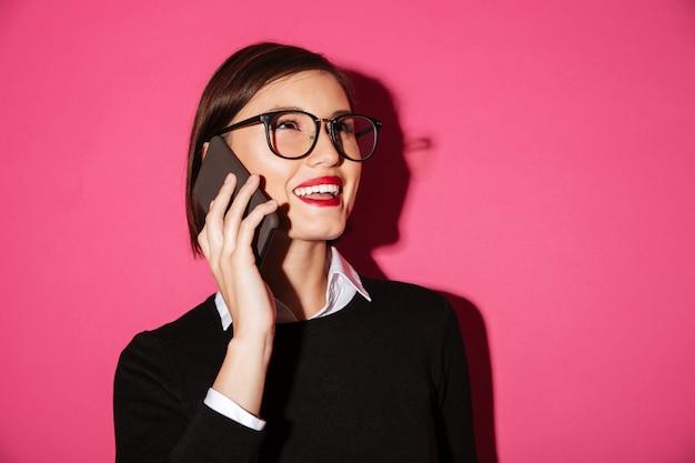 Portrait, De, A, Sourire, Gai, Femme Affaires, Conversation Téléphone Mobile Photo gratuit