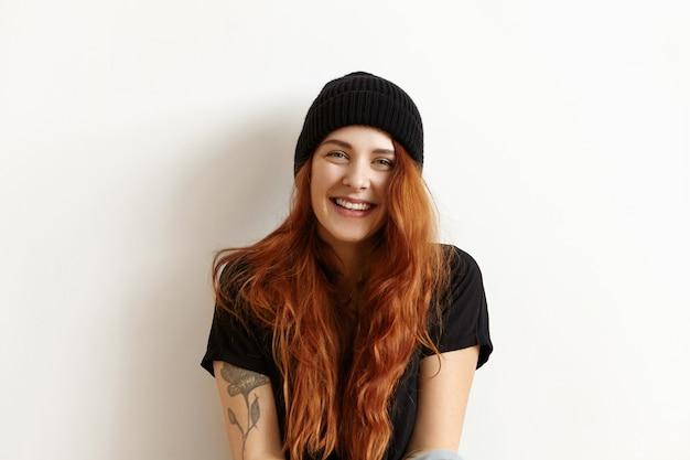 Portrait En Studio Isolé Du Modèle Féminin à La Mode Avec De Magnifiques Longs Cheveux Roux Photo gratuit