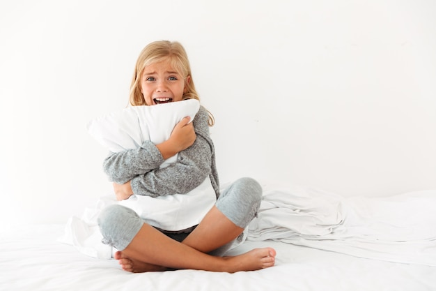 Portrait, Terrifié, Petite Fille, étreindre, Oreiller Photo gratuit