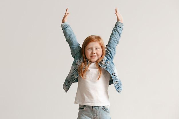 Portrait De Toute La Longueur De Mignon Petit Enfant En Jeans élégants Souriant Photo gratuit