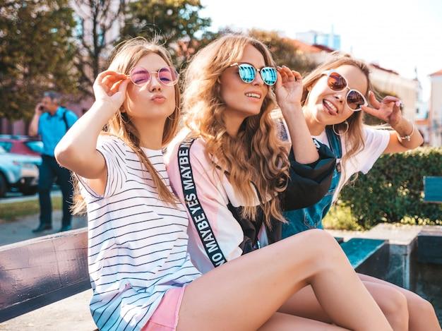 Portrait De Trois Jeunes Belles Filles Hipster Souriantes Dans Des Vêtements D'été à La Mode. Sexy, Insouciant, Femmes, Poser, Rue, Positif, Modèles, Amusant, Lunettes Soleil, étreindre Photo gratuit