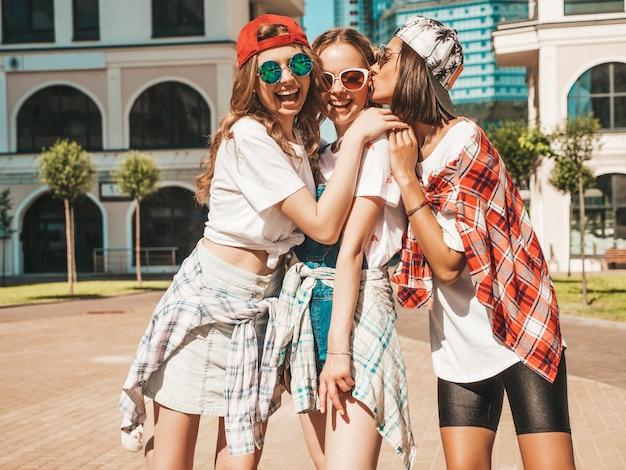 Portrait De Trois Jeunes Belles Filles Souriantes Hipster Dans Des Vêtements D'été à La Mode Photo gratuit