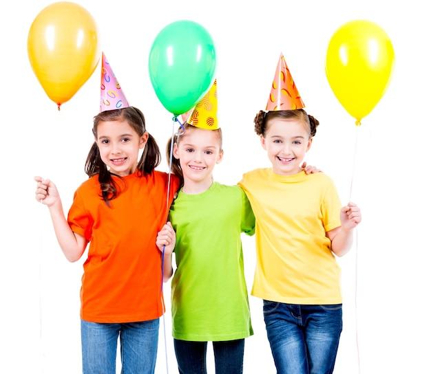 Portrait De Trois Mignonnes Petites Filles Avec Des Ballons Colorés Et Chapeau De Fête - Isolé Sur Un Blanc. Photo gratuit