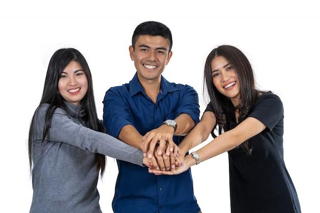 Portrait de trois modèles asiatiques avec costume décontracté avec action de coordination de la main Photo Premium