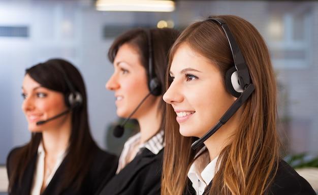 Portrait de trois représentants de clients au travail Photo Premium