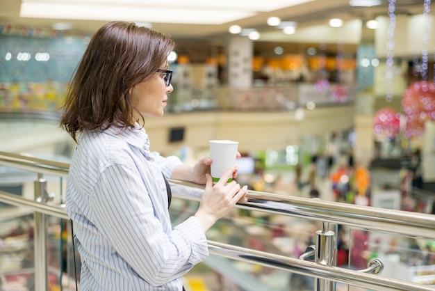 Portrait urbain de femme mûre dans un centre commercial de divertissement Photo Premium