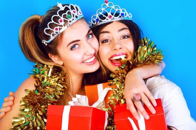Portrait De Vacances De Style De Vie Drôle De Deux Jolies Meilleures Filles Ami Prêt Pour La Fête Photo gratuit