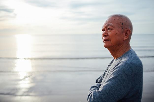 Portrait de vieillard âgé se détendre sur le sourire de la plage et le visage heureux Photo Premium
