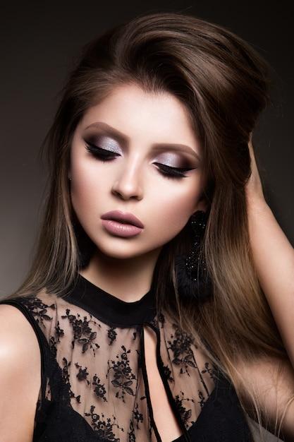 Portrait De Visage De Femme De Beauté. Beau Modèle Femme Avec Perfect Fresh Clean Skin Photo Premium