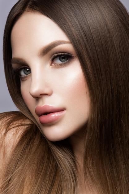 Portrait De Visage De Femme De Beauté. Beau Modèle Fille Avec Une Peau Propre Et Fraîche Photo Premium