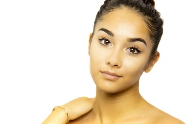 Portrait de visage de jeune femme métisse isolé sur fond blanc. Photo Premium