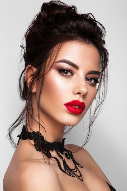 Portrait De Visage Magnifique Jeune Femme Brune. Lèvres Rouges Photo Premium