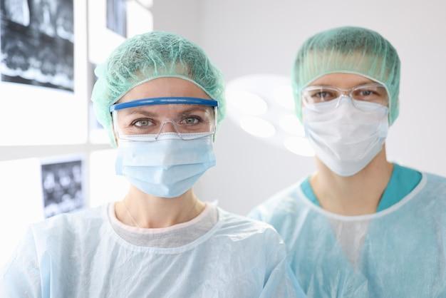 Portraits De Médecins Chirurgiens En Vêtements De Protection En Clinique Photo Premium