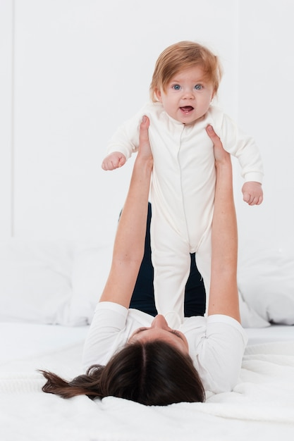 Pose Bébé Tenu Par Mère Photo gratuit