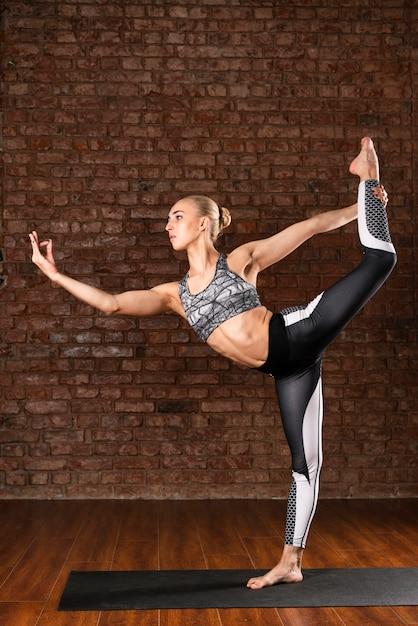 Pose complète ballerine femme pose Photo gratuit