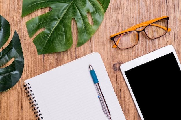 Pose créative de bureau de travail sur une table en bois avec tablette Photo gratuit