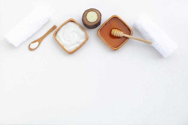 Pose de crème au beurre pour le corps avec espace de copie Photo gratuit